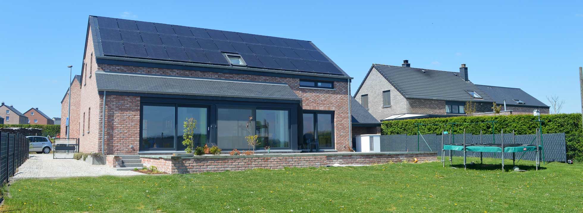 Geoffrey Carion Construction d'une habitation unifamiliale en maçonnerie traditionnelle. Le projet a été conçu et dessiné afin d'être un logement adapté pour personne à mobilité réduite. L'habitation est également énergétiquement autonome grâce à l'installation de panneaux photovoltaïques couplée à une pompe à chaleur.