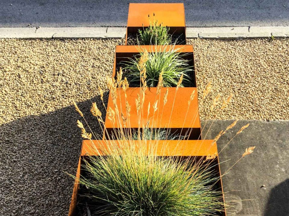 Geoffrey_Carion bac en acier corten. Dans la commune d'Andenne, création de bac en Acier Corten servant de bac de plantes avec intégration d'une boîte aux lettres.