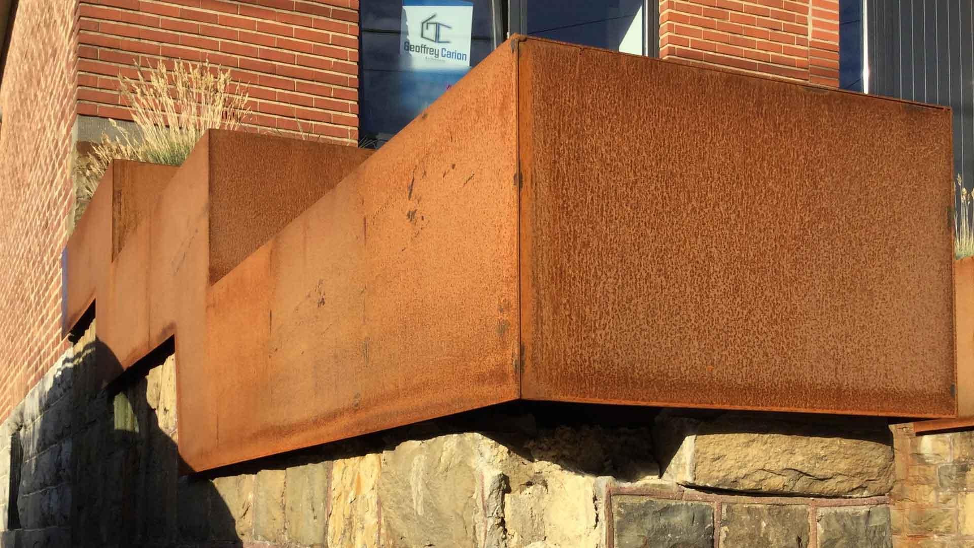 DESIGN Geoffrey_Carion bac en acier coréen. Dans la commune d'Andenne, création de bac en Acier Corten servant de bac de plantes avec intégration d'une boîte aux lettres.