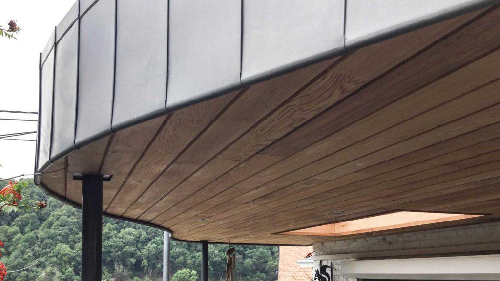 Geoffrey_Carion PERGOLA à YVOIR. création d'une pergola et d'une baie vitrée. Le souhait était de créer un espace de vie à l'extérieur avec une communication directe avec l'intérieur. L'utilisation d'une courbe permet d'accentuer l'impression de légèreté. Le bardage en cèdre et la rive en zinc joint debout apporte la modernité souhaitée au projet.